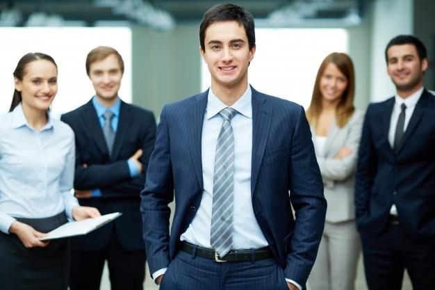 joven-empresario-sonriente_1098-778